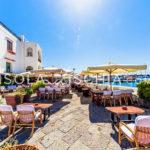 I bar e i tavolini nella piazza di Sant'Angelo a Ischia