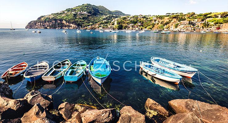 Barche ormeggiate nella baia di Cartaromana a Ischia