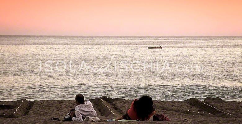 Un tramonto in spiaggia a Forio d'Ischia